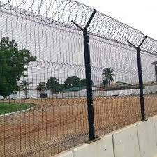 wire mesh fence up